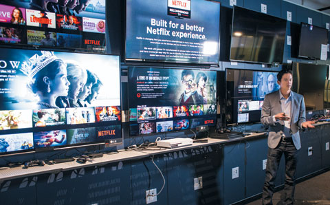 데이비드 홀랜드 넷플릭스 사업개발 부문 디렉터가 소비자에게 넷플릭스 접속이 쉽고 화질이 뛰어난 TV를 추천해주는 '넷플릭스 추천 TV' 제도를 설명하고 있다.