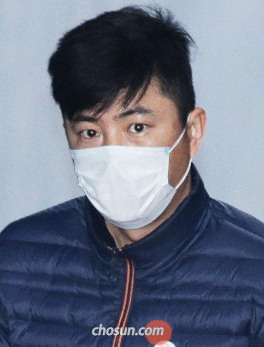 인천세관장 인사에 개입한 혐의를 받는 고영태씨가 14일 영장 실질 심사를 받기 위해 서울중앙지법으로 들어서고 있다.