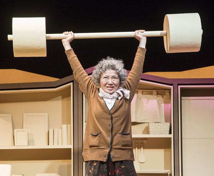 광주리 할머니(홍윤희)는'보따리 장수'로 가정을 일으켰고, 나이 든 뒤에도 매일 역기로 체력 단련하는 생존력 강한 존재다.