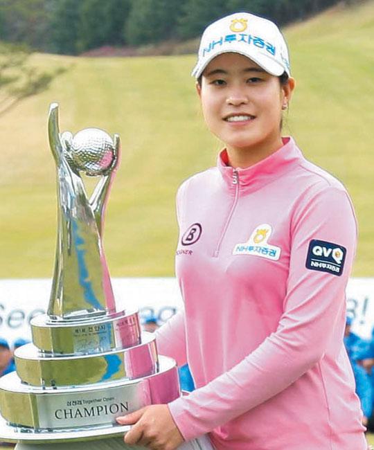 16일 프로 데뷔 두 번째 대회인 한국여자프로골프(KLPGA) 투어 삼천리 투게더 오픈에서 우승한 박민지.