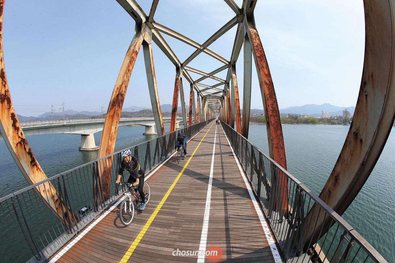 11일 오후 경기도 남양주시의 구 북한강교에서 자전거를 타는 사람들의 모습.
