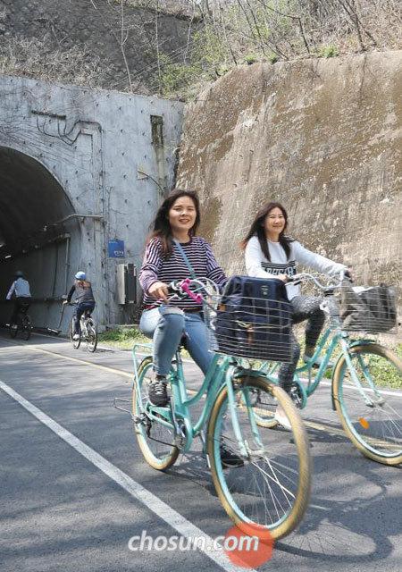 11일 남한강 자전거길인 봉안터널(경기도 남양주시) 앞을 자전거로 지나는 여성들.