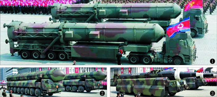 북한이 지난 15일 김일성의 105회 생일을 맞아 평양 김일성광장에서 진행한 열병식에서 미국 본토 타격이 가능한 대륙간탄도미사일(ICBM)급으로 추정되는 신형 미사일들을 공개했다.