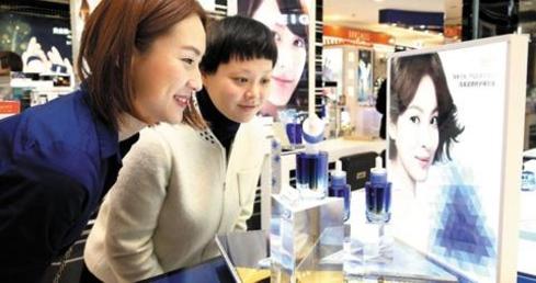 중국 상하이 지우광(久光)백화점에 입점한 한국 화장품 매장. 직원들이 신제품을 들여다보고 있다. /조선DB