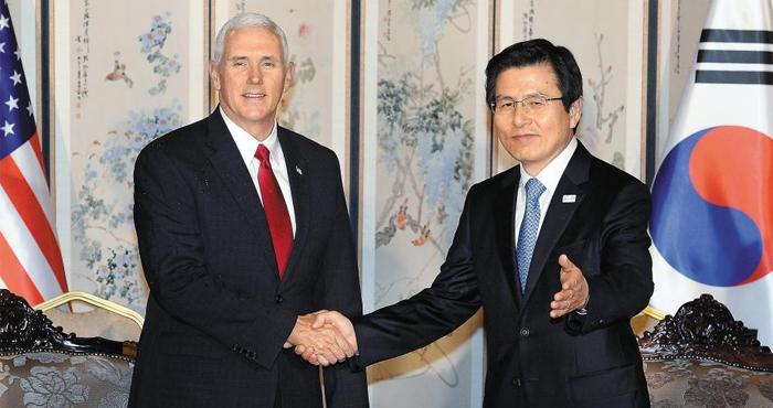 황교안 대통령 권한대행이 17일 서울 삼청동 총리 공관에서 마이크 펜스 미국 부통령과 악수하고 있다.