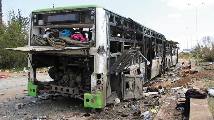 지난 15일 시리아 알레포 외곽 라시딘에서 벌어진 주민 호송 버스 행렬을 겨냥한 폭탄 테러로 처참하게 파괴된 버스.