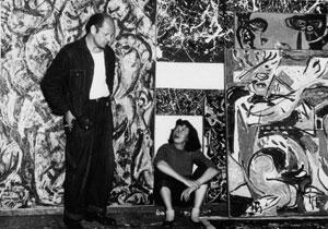 자신의 작품 앞에 서 있는 잭슨 폴록(왼쪽)과 그의 아내 리 크래스너.(1950년)