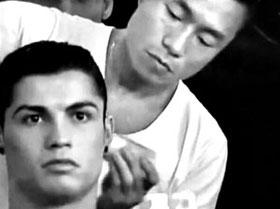 주형선이 패션 브랜드 아르마니 모델로 나선 축구선수 호날두 머리를 손질하고 있다.