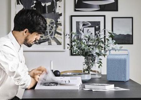 책상 위 푸른색 가방처럼 생긴 것이 비파의 오슬로 스피커다.
