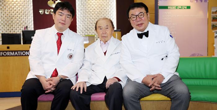 18일 사회복지공동모금회 아너소사이어티에 나란히 가입한 강원 춘천의 의사 3대(代) 김면수(가운데)씨와 아들 김용대(오른쪽)씨, 손자 김우중씨.