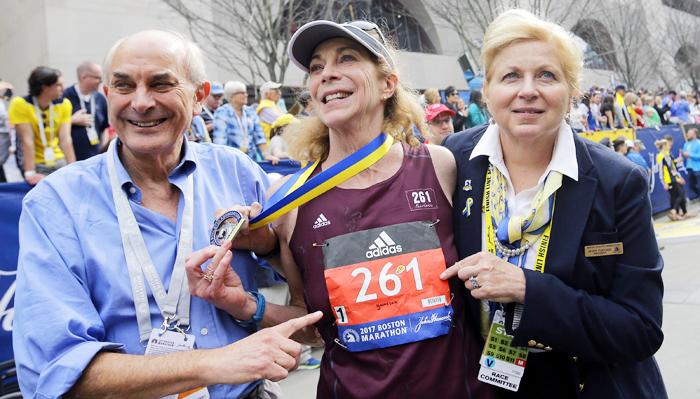 보스턴 마라톤 121년 역사상 첫 번째 여성 참가자이자 완주자인 캐서린 스위처(가운데)가 18일(한국 시각) 보스턴 마라톤 풀코스를 완주한 뒤 남편(왼쪽)과 함께 기뻐하고 있다.