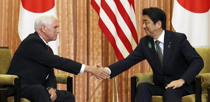"""마이크 펜스(왼쪽) 미국 부통령이 18일 일본에 도착해 도쿄의 총리 관저에서 아베 신조 총리를 만나 악수하고 있다. 펜스 부통령은 이날 """"도널드 트럼프 대통령은 북핵 문제의 평화적 해결을 위해 한국·중국·일본과 연대하겠다는 뜻을 갖고 있다""""고 했다."""