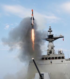 방위사업청은 18일 함정에서 수직 발사돼 북한의 육상 핵심 시설을 파괴할 수 있는 사거리 200여㎞의 전술 함대지 유도탄이 지난달 개발 완료됐다고 밝혔다. 전술 함대지 유도탄이 함정에서 발사되는 장면.