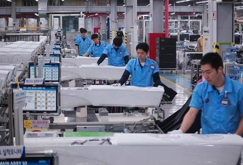 삼성전자 광주사업장 무풍에어컨 생산라인에서 각 작업자가 셀에서 무풍에어컨을 눕혀 조립·생산하고 있다. / 삼성전자 제공