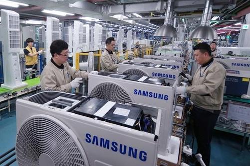 삼성전자 광주사업장 무풍에어컨 생산라인에서 작업자가 실외기를 조립·생산하고 있다. / 삼성전자 제공