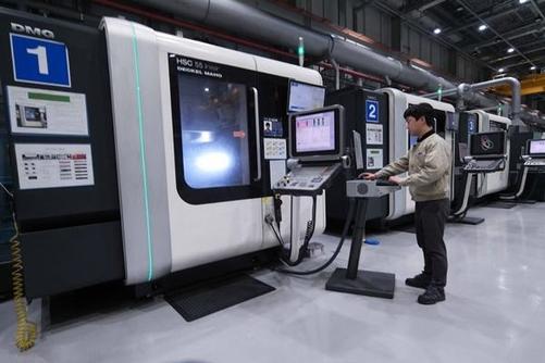 삼성전자 정밀금형센터에서 작업자가 자동화 돼 있는 공정을 시연하고 있다. / 삼성전자 제공