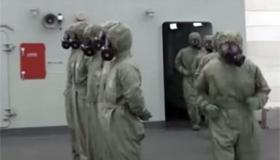 방독면 쓴 승조원들 - 지난 1월 중국 최신형 이지스 미사일 구축함 시닝(西寧)함의 승조원들이 방독면과 방사능 보호복을 착용하고 방사능 피폭 상황에 대비한 훈련을 하고 있다.