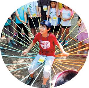 '건강나누리 캠프'에 참여한 어린이, 어른들이 숲속에서 놀이 활동을