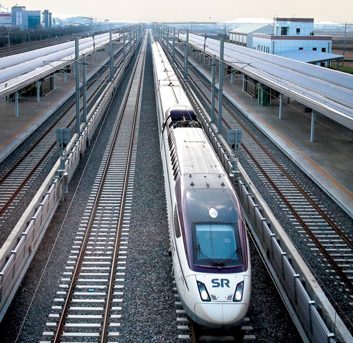 지난해 말 개통된 SRT(수서발 고속철)는 승용차·버스 등 도로 교통수단을