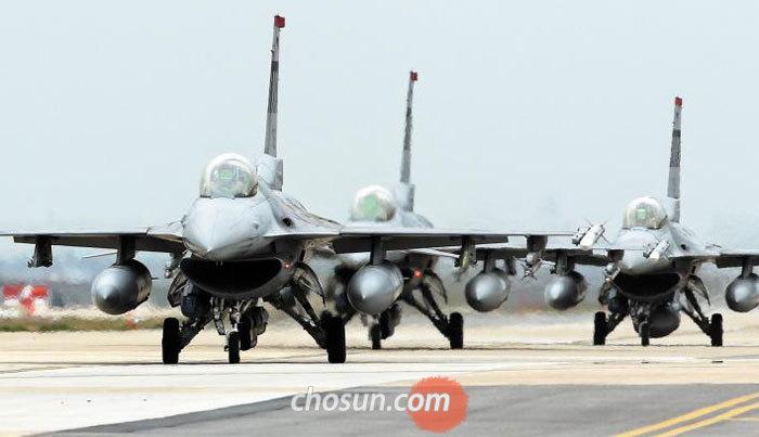 전북 익산의 군산비행장에서 20일 열린 한·미 공군의 연합 공중 종합훈련'맥스선더'에서 F-16 전투기들이 이륙하고 있다.