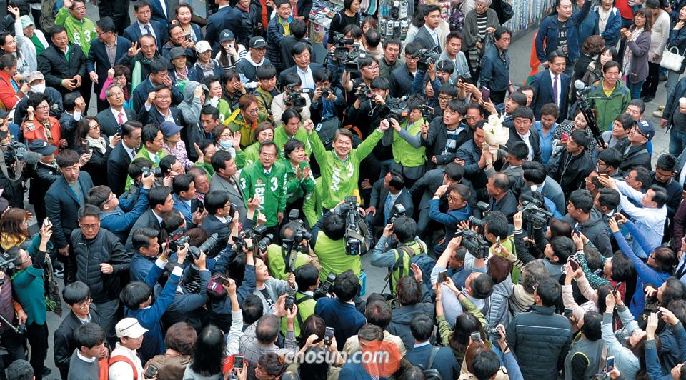 안철수 국민의당 후보가 20일 서울 중구 남대문 시장에서 유세를 하는 도중 시민들을 향해 두 손을 번쩍 들어올리고 있다.