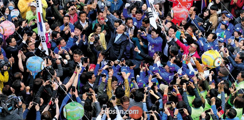 문재인 민주당 후보가 20일 강원도 원주 중평길에서 유세를 하며 몰려든 시민들을 향해 오른손을 들고 인사를 하고 있다.