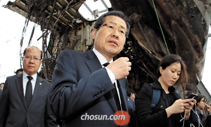 천안함 둘러보고… - 홍준표(가운데) 자유한국당 후보가 20일 경기도 평택의 해군 2함대를 방문해 천안함을 둘러본 뒤 나오고 있다.