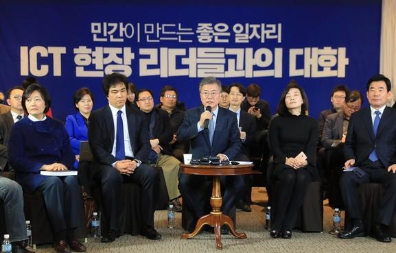 문재인 더불어민주당 대선 후보가 지난 3월 2일 서울 구로구 G-벨리컨벤션 센터에서 열린 ICT(정보통신기술) 현장 리더들과 간담회에서 민간 일자리에 대한 중요성에 대해 이야기하고 있다. / 사진=연합뉴스