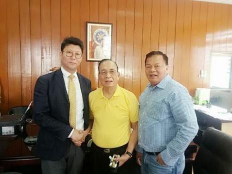 사진설명=필리핀 잠발레스 아모르 델로소 주지사(가운데)와 지엠씨의 김영진 대표(왼쪽), 넬슨 마누엘 지엠씨필리핀지사장이 태양광발전소건설계약을 체결한 후 포즈를 취하고 있다.