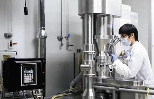 대웅제약 연구원이 의약품 개발에 몰두하고 있는 모습 / 대웅제약 제공