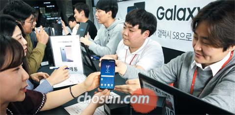 갤S8 공식 출시 - 삼성전자 프리미엄 스마트폰 갤럭시S8이 한국·미국·캐나다에서 공식 출시된 21일 서울 광화문 KT스퀘어에서 소비자들이 갤럭시S8을 개통하고 있다. 삼성전자는 28일부터 유럽·싱가포르·홍콩 등 50국에서 갤럭시S8 판매를 시작하고, 5월 이후 전 세계 120국으로 출시 지역을 늘릴 예정이다.