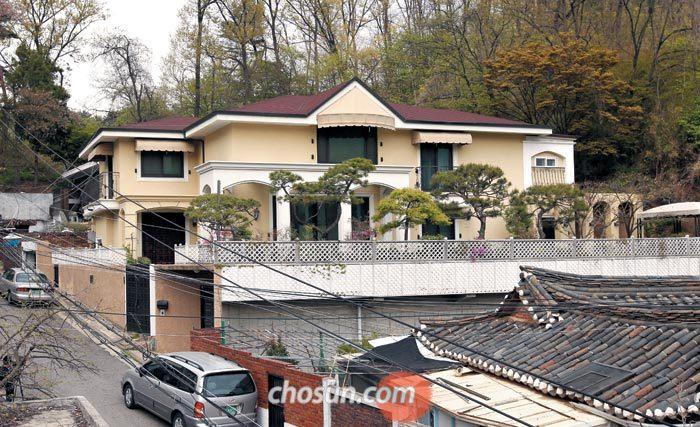 21일 박근혜 전 대통령이 이사하려고 구입한 서울 서초구 내곡동 주택의 전경. 2008년에 지어진 이 집(지상 2층·지하 1층)은 헌릉로 왕복 8차선 도로에서 100m쯤 안쪽으로 들어가 있어 한적한 편이며, 집 뒤쪽으로는 구룡산으로 이어지는 산길이 나온다.