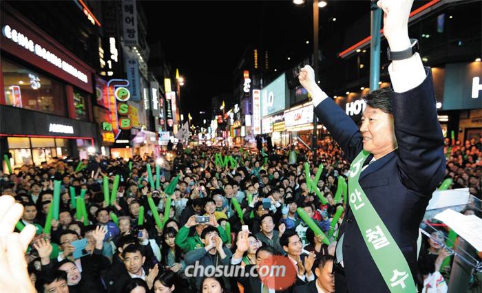 안철수 국민의당 후보가 21일 부산 부산진구 서면 상점가에서 열린 유세에서 주먹을 쥔 채 'V'자 모양으로 두 팔을 들어보이고 있다.