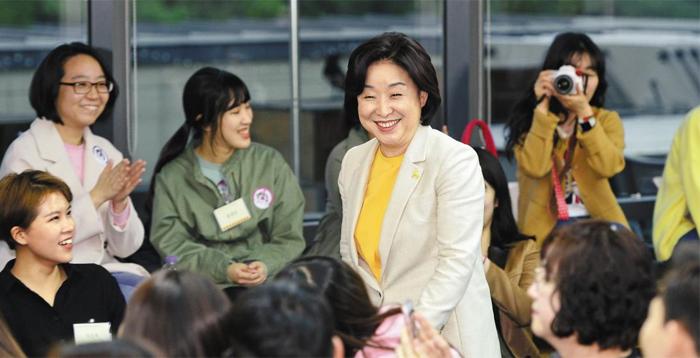 정의당 심상정 후보가 21일 서울 강남구에서 여성 로봇공학자 모임 '걸스로봇'이 주최한 대담회에 참석해 4차 산업혁명에 대해 이야기하고 있다.