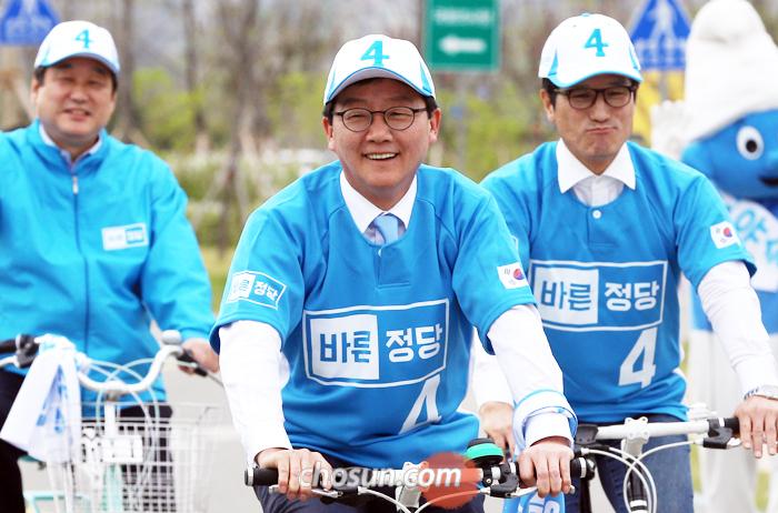 자전거 유세단 발족 - 바른정당 유승민(가운데) 후보가 21일 서울 여의도 한강공원에서 열린 '희망 페달 자전거 유세단 발대식'에서 자전거를 타고 있다. 왼쪽은 김무성 의원, 오른쪽은 정병국 의원.