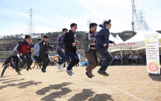 LG디스플레이 임직원들이 단체 줄넘기를 하면서 협동심을 기르고 있는 모습. /LG디스플레이 제공