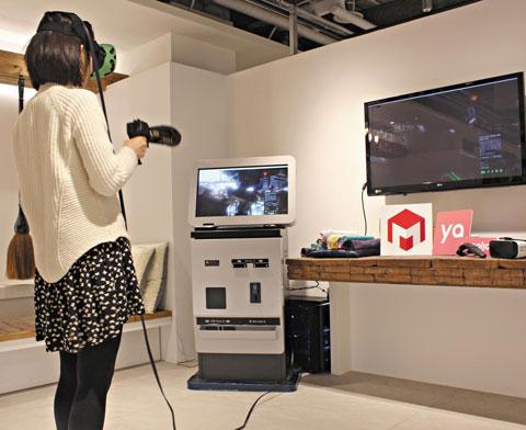 숙박 예약 앱 야놀자와 제휴한 숙박업소에서 한 고객이 가상현실(VR) 안경을 끼고 VR 게임을 체험하고 있다.