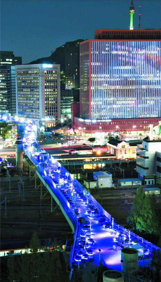 25일 서울역 고가공원'서울로7017'의 야경.