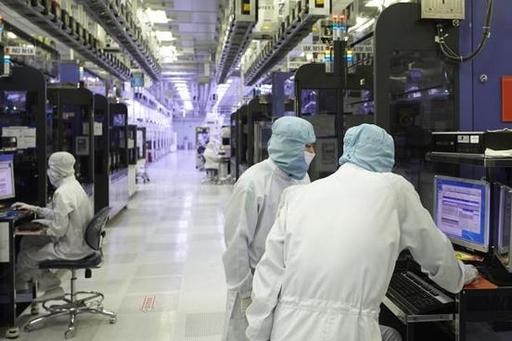 SK하이닉스 직원들이 반도체가 생산되고 있는 클린룸에서 장비를 점검하고 있는 모습 /SK하이닉스 제공