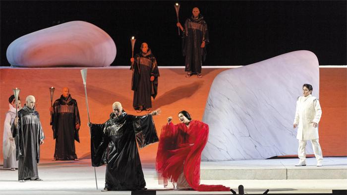 이탈리아 토레 델 라고 푸치니 페스티벌에서 비비언 휴잇이 연출한 오페라 '나비부인'의 한 장면.