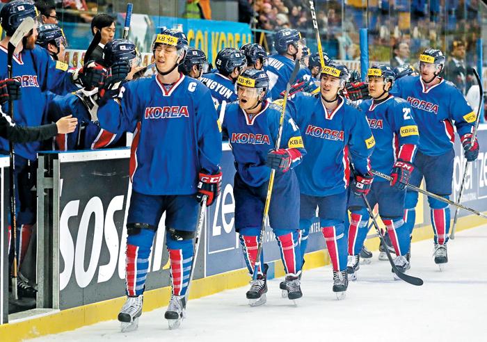 이제 꿈의 1부리그 진출이 눈앞에 보인다. 한국 남자 아이스하키 대표팀이 26일 세계선수권대회 D1A(2부리그 격) 헝가리전 승리 이후 하이파이브를 하며 즐거워하는 모습. 한국은 3전 전승으로 대회 선두를 달리며 1부리그 승격에 바짝 다가섰다.