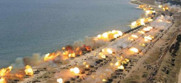 북한 軍 - 북한이 25일 원산 일대 해안가에서 실시한 '군종 합동타격시위'에서 300여 문의 포가 일제히 포탄을 발사하며 불을 뿜고 있다. 역대 최대 규모로 치러진 이번 훈련에는 수도권을 위협하는 170㎜ 자주포와 240㎜ 방사포 등의 장사정포가 대거 투입됐다.