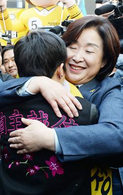 심상정 후보가 27일 서울 성신여대 앞에서 유세 도중 '성소수자 모임' 소속 학생을 끌어안고 있다.