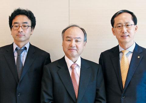 손정의 사장과 송의달(오른쪽) 조선비즈 대표, 최원석 차장이 지난 21일 소프트뱅크 본사에서 인터뷰 직전 함께했다.
