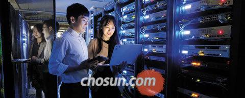 서울 가산동 롯데정보통신 서버 룸에서 직원들이 기기를 점검하고 있다.