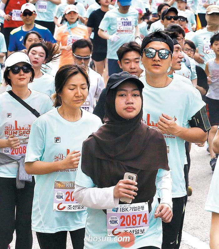 서울하프마라톤엔 히잡을 쓴 참가자(맨 앞쪽)를 포함해 외국인 러너가 다수 출전했다.