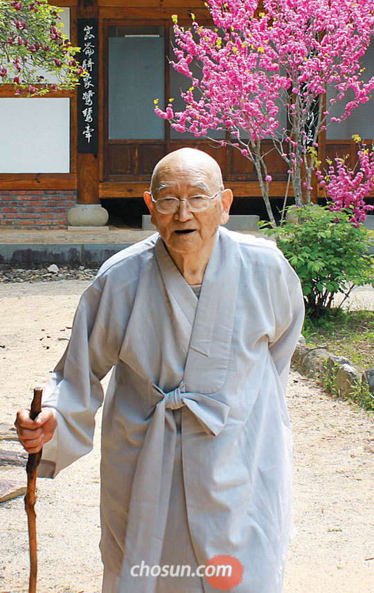 송광사 동당 법흥 스님이 점심 공양(식사)을 하기 위해'방우산방'을 나서서 큰절로 가고 있다.