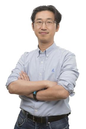 김용국 링크플로우 대표가 핏360을 들어보이고 있다. / 이다비 기자