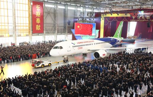 중국 국유 항공기 제작업체 코맥이 2015년 11월 상하이 공장에서 독자개발한 첫 중대형 여객기 C919를 출고하고 있다. /코맥 사이트