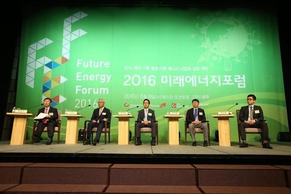 지난해 6월 서울 소공동 웨스틴조선호텔에서 열린 '2016 미래에너지 포럼'에서 참석자들이 토론하고 있다.